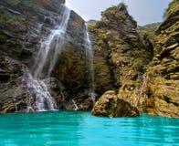 underbar naturlig vattenfall Arkivfoto