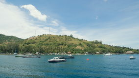 Underbar plats av ön i havet med bryggan och yachter längs kusten Balineselandskap av blå himmel och lager videofilmer