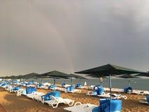 Underbar regnbåge över havet och stranden i Turkiet efter hällregn arkivbild