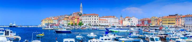Underbar romantisk gammal stad på Adriatiskt havet Fartyg och yachter in royaltyfri foto