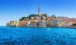 Underbar romantisk gammal stad på Adriatiskt havet Hamn i magiskt royaltyfri foto