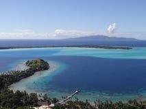 Underbar sikt av ön Bora Bora med Taha ` a bakom royaltyfri bild
