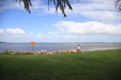 Underbar sikt av den Guaiba stranden i Porto Alegre, Brasilien royaltyfria bilder