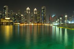 Underbar sikt av natten Dubai Royaltyfri Fotografi