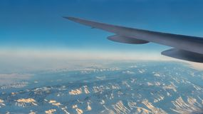 Underbar sikt av Tian Shan Snow Mountains Through Window ett flygplan royaltyfri fotografi