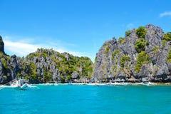 Underbar sikt av turkoshavet och havsklipporna som täckas med Filippinerna för växtEl Nido Palawan arkivfoton