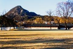 Underbar sikt för Mt Bugaksan från Seoul kunglig personslott Royaltyfri Fotografi