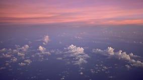 underbar sikt 4K av himmel och moln med solnedgång från över Himlar gryr solen lager videofilmer