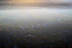 Underbar sikt med surrflyg ovanför dimma royaltyfria bilder