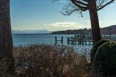 Underbar sikt på solig dag på sjön med berg i bakgrund arkivbild