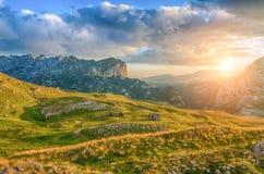 Underbar sikt till berg i nationalparken Durmitor Montenegro Balkans Europa Carpathian Ukraina, Europa Autumn Landscape jn en blå Arkivfoton