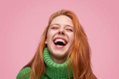 Underbar skratta flicka på rosa bakgrund royaltyfria bilder