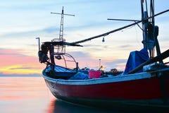 UNDERBAR SKYMNINGHIMMEL PÅ HAVET MED FISKAREN Fotografering för Bildbyråer