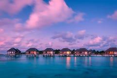 Underbar skymningtid på den tropiska strandsemesterorten i Maldiverna Arkivbilder
