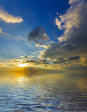Underbar sol ovanför den silkeslena havyttersidan royaltyfri foto