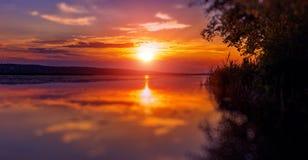 Underbar solnedgång över sjön Royaltyfri Bild
