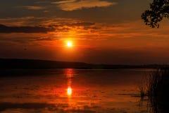 Underbar solnedgång över sjön Royaltyfri Fotografi