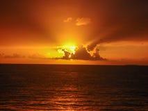 Underbar solnedgång på stranden royaltyfria bilder