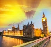 Underbar solnedgånghimmel över Westminster Hus av parlamentet på G Arkivbilder