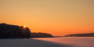 Underbar soluppgång, någon slinga, fotspår i dimman horizo fotografering för bildbyråer