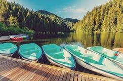 Underbar sommarmorgon majestätisk bergsjö Lacul Rosu den röda sjön eller mördare sjö läge Evropa Östligt Carpathian ROM-minne royaltyfri fotografi
