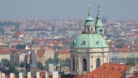 Underbar stadssikt på den Prague staden med röda tak och kupoler av kyrkor arkivfilmer