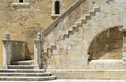 Underbar stentrappuppgång i borggården av den Swabian slotten Arkivfoto