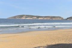 Underbar strand med den Robberg naturreserven i bakgrund i den Plettenberg fjärden, Sydafrika fotografering för bildbyråer