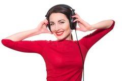 Underbar tonåringflicka som lyssnar till musiken i stor headphone Arkivbilder