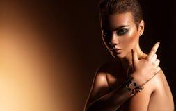 Underbar ung kvinnlig med makeup för gröna färger och kort hairst royaltyfri bild
