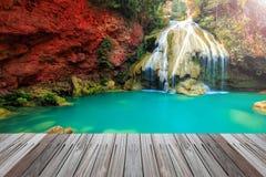 Underbar vattenfall i Thailand med trägolvet Arkivbilder