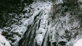 Underbar vattenfall i vintertid med spår av is som smälter i den rena bergmiljön, ULTRA HD 4k som är realtids stock video