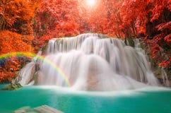 Underbar vattenfall med regnbågar i djup skog på nationalparken Royaltyfria Bilder