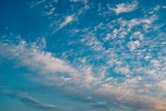 Underbara altocumulusmoln på blå himmel Royaltyfri Fotografi