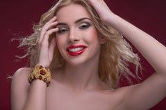Underbara blonda bärande smycken Royaltyfri Fotografi