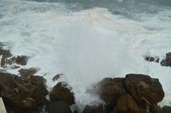 Underbara kort som tas i porten av Lekeitio av Huracan Hugo Breaking Its Waves Against porten och, vaggar av stället royaltyfri fotografi