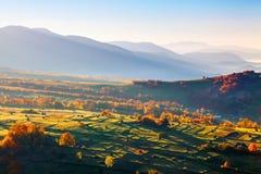Underbara landskap med städer med fält och höstackar Fruktträd med kulöra sidor tsey för caucasus hög bergossetia Arkivbilder