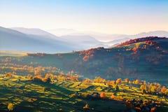 Underbara landskap med städer med fält och höstackar Fruktträd med kulöra sidor tsey för caucasus hög bergossetia Arkivfoto