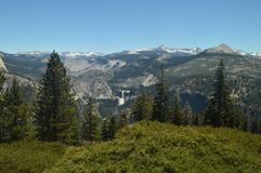 Underbara sikter av en Forest From The Highest Part av ett av bergen av den Yosemite nationalparken Naturloppferier Royaltyfri Foto