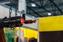 Underbarlight Tactisch flitslicht en automatisch Vuurwapens en een flitslicht royalty-vrije stock afbeeldingen