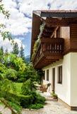Underbart alpint klassiskt hus Royaltyfria Foton