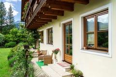 Underbart alpint klassiskt hus Arkivbild