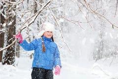 Underbart barn i de snöig träna Fotografering för Bildbyråer