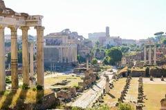 Underbart fördärvar av Roman Forum och kyrka i Rome, Italien arkivbilder