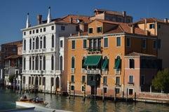 Underbart foto på solnedgången av Grand Canal med dess pittoreska och färgrika byggnader i Venedig Lopp ferier, arkitektur fotografering för bildbyråer