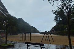 Underbart fototillfångatagande av en lekplats med gungor på den storartade stranden av Ea Naturhobbylopp Royaltyfri Foto