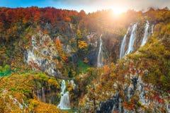 Underbart höstlandskap med magiska vattenfall i Plitvice sjöar, Kroatien arkivbilder