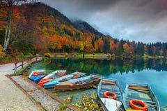 Underbart höstlandskap och färgrika fartyg, sjö Fusine, Italien, Europa royaltyfri foto