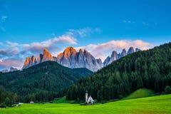 Underbart landskap av Dolomitefjällängar under solnedgång St Johann Church, Santa Maddalena, Val Di Funes, Dolomites, Italien _ arkivfoton