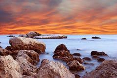 Underbart landskap med solnedgång på stranden på kusten in Arkivbilder